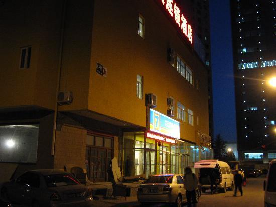 7 Days Inn Beijing Madian Bridge North: 黄昏出来吃饭时拍的酒店外景