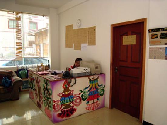 Jiuzhaigou Grass Roots Youth Hostel: 服务台
