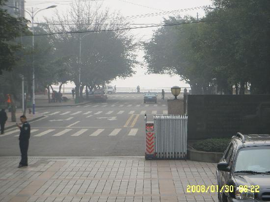 Shouxing Grand Hotel: 酒店对面就是长江