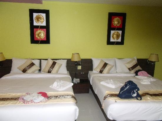 Twin Inn Hotel: 升级后的套房双人床