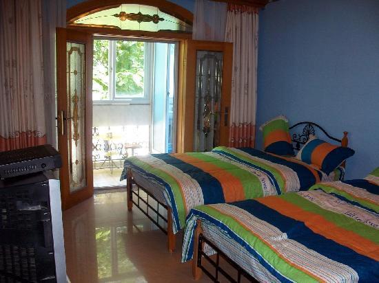 Phoenix Flower Hostel : 蓝色格调的海洋风情房,拥有面向庭院的阳光大阳台。