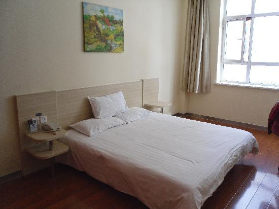 Hanting Inns & Hotels (Dalian Heishijiao): 高级大床房,很明亮
