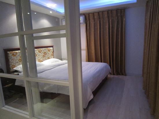 Jiali Inn Chengdu Kuanzhai Alley : 舒适的大床,软硬枕头各一个,很人性化