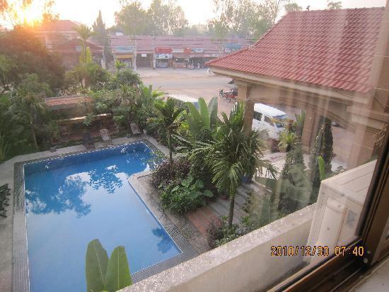 New Riverside Hotel: 从房间窗户看酒店游泳池