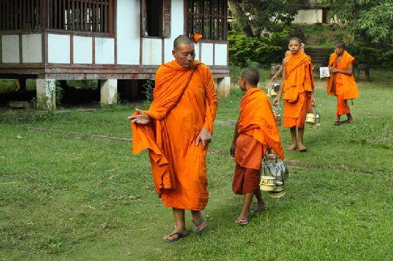 Wat Long Khoun: 老和尚带着小和尚准备出去化缘