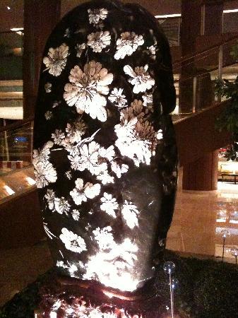 Grand Millennium Shanghai HongQiao: 酒店大堂的菊花石