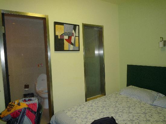 Motel 168 Shanghai Xujiahui Road: 浴室的透视玻璃
