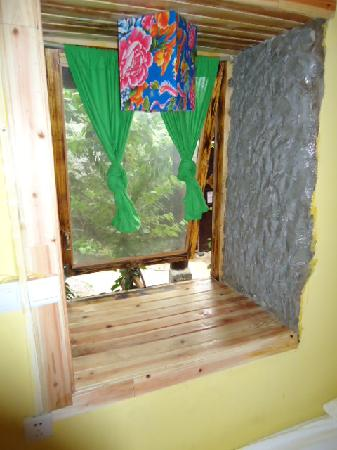 Westing Hostel: 床边上一个窗,我晚上坐床上上网很舒服。