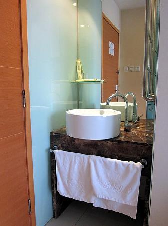 Happy Guest House (Nanqi): 洗手台在门边