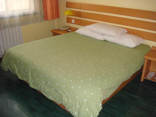 Home Inn Taiyuan Taoyuan North Road: 如家统一的大床,连被罩的颜色都一样!