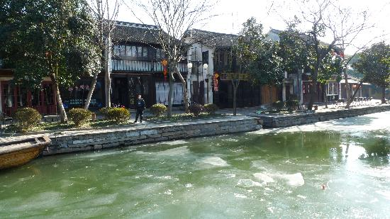 South Lake Guesthouse: 河面都结冰了,冷啊