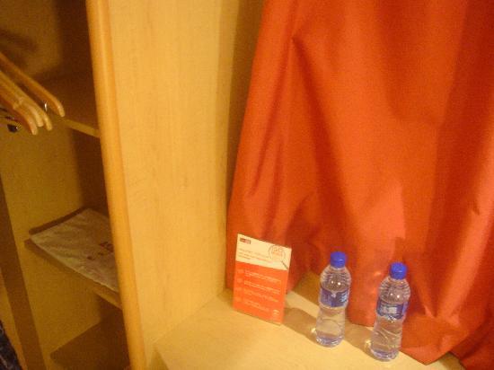 Ibis Hotel (Chengdu Yongfeng): 给两瓶水