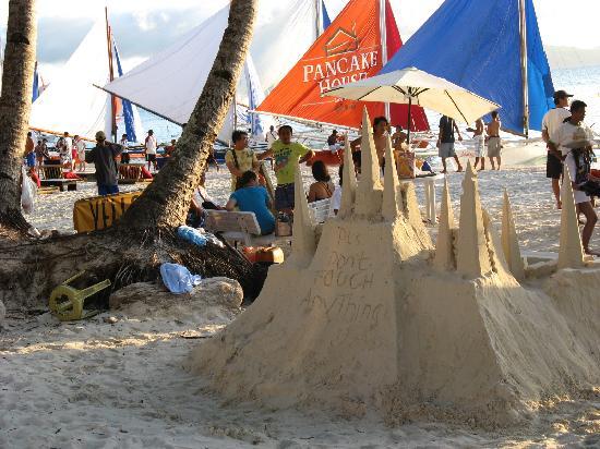 Boracay, Philippines: 到处都可以看到的沙雕,有些还不错