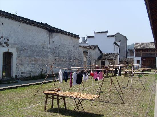 Longmen Ancient Town: 晒笋干