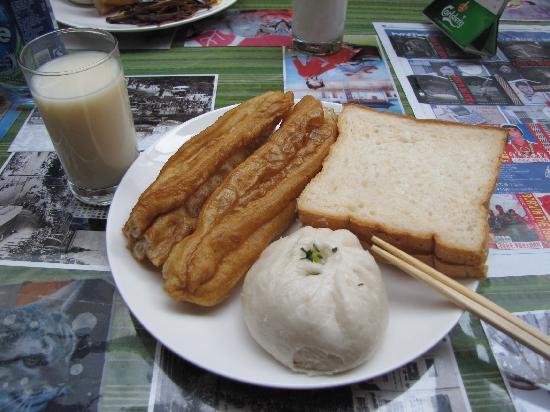 Shanghai City Central Youth hostel: 豆浆 油条 包子 吐司 老外都超爱吃