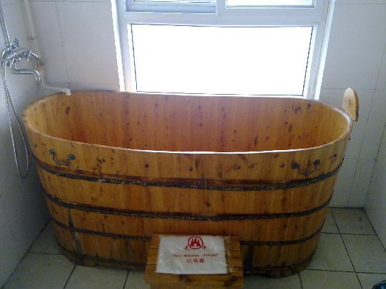 Dawu Hot Spring City : 酒店卫生间泡澡的木桶