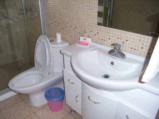 Yiting Hotel Xiamen Jiahu: 洁白的卫生间