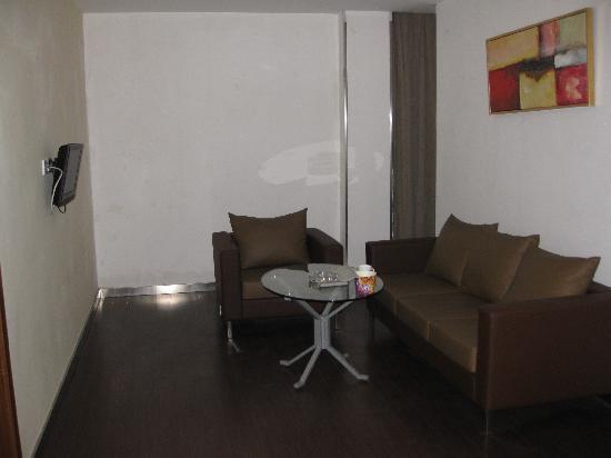 Quanji Hotel Shanghai New Horizons: 套间的客厅