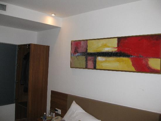 Quanji Hotel Shanghai New Horizons: 床头的画