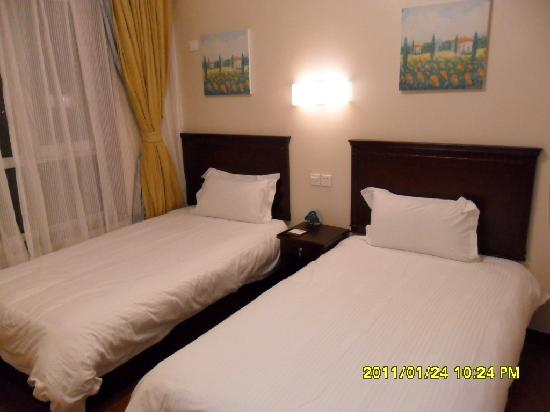 GreenTree Inn Penglai Free Port Business Hotel: 其中一间套间--2个单人床