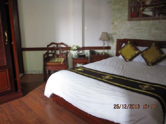 Prince II Hotel: 走之前照了一张大床房的照片