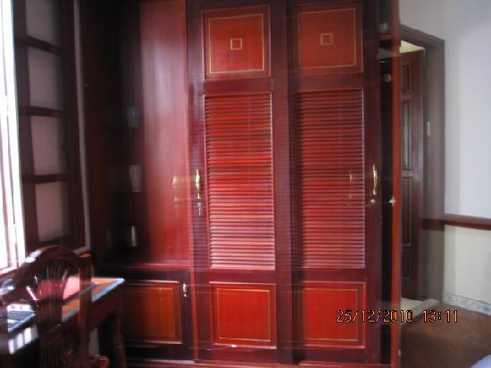 Prince II Hotel: 大床房里德橱子