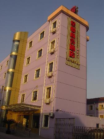 Super 8 Shanghai Pudong Airport Chenyanglu: 酒店外观