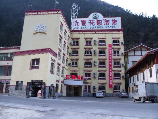 Jiuzhai Garden Hotel: 酒店门口