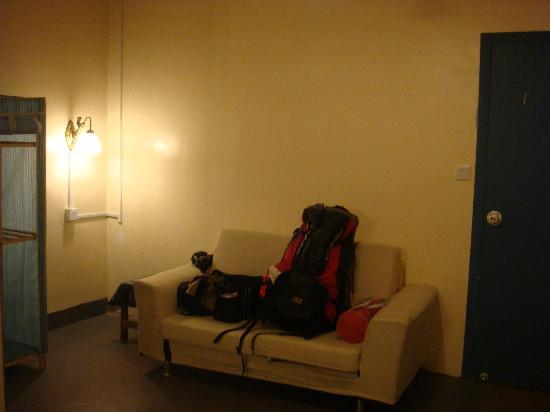Deep Blue Seaview Inn: 房间一角,沙发及衣柜