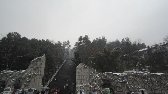 Zunyi, จีน: 红军山雪景