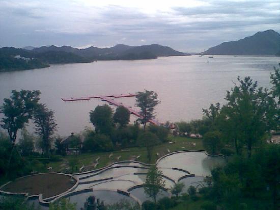 Hangzhou Wonderland Hotel: 阳台外青山湖之境