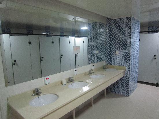 Zhida Job Hostel (Shanghai Pudong Expo): 洗浴间非常干净,还有洗衣机