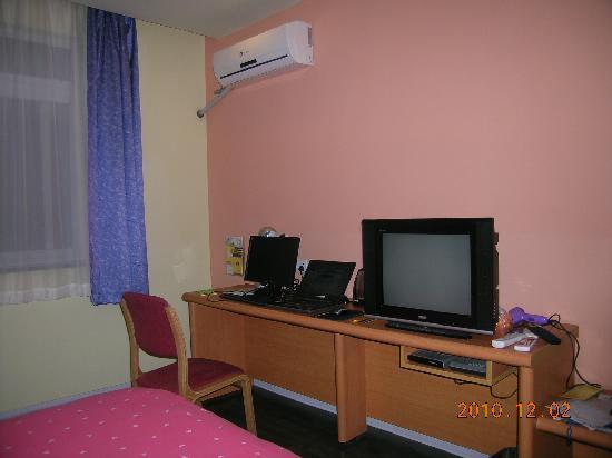 Home Inn (Shanghai Xujiahui Wanping South Road) : 电脑桌上的大电脑对我没用