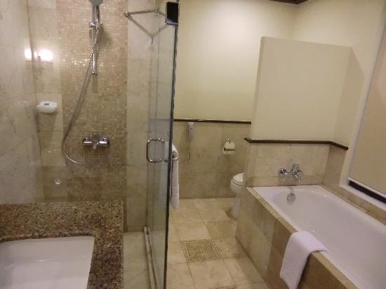 Henann Lagoon Resort: 大浴室