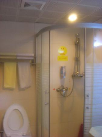 House Inn (Hangzhou Tianmushan): 浴室一角,还是很干净的