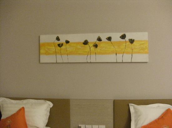 Mellow Orange Hotel: 房间的床头