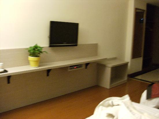 Mellow Orange Hotel: 电视下边还有个小台子