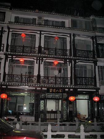Lianbi Family Inn: 门口景色
