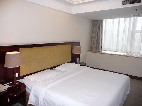 Crystal Island Hotel : 酒店大床