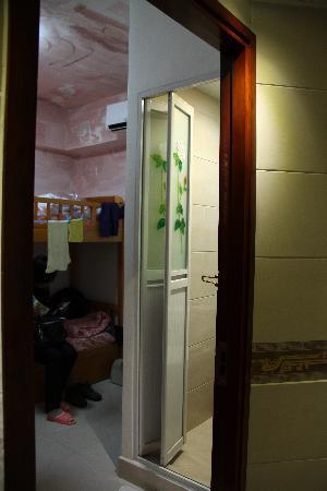 Artland Guest House: 卫生间和房间一角