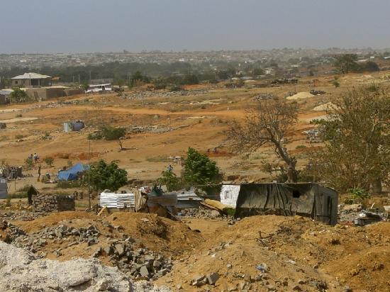 Angola: 安哥拉市内建筑、贫民住的棚房