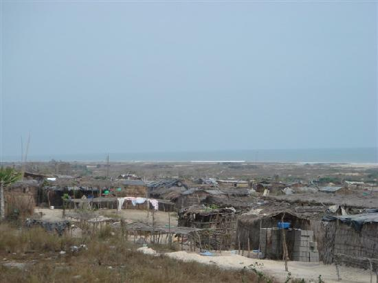 Ангола: 安哥拉市内建筑、贫民住的棚房