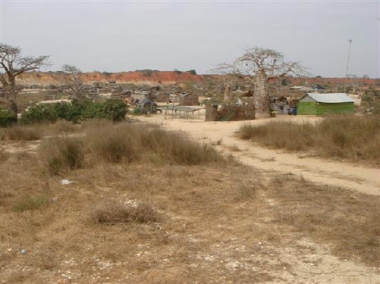 แองโกลา: 安哥拉市内建筑、贫民住的棚房