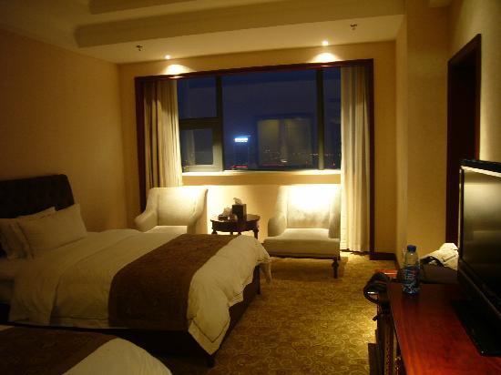 Dingli International Hotel: 我们住的是套间的一个次间,没有床头灯,普通标间有床头灯和落地灯