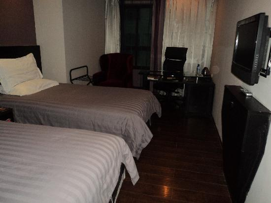 FuramaXpress Hotel Xujiahui Shanghai Stadium: 住的标准间小床呀