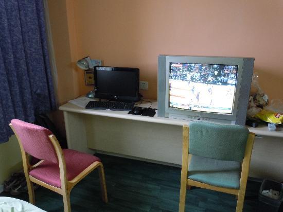 JI Hotel Hangzhou Xihu Kaiyuan Road: 我住的数码房,电脑、电视
