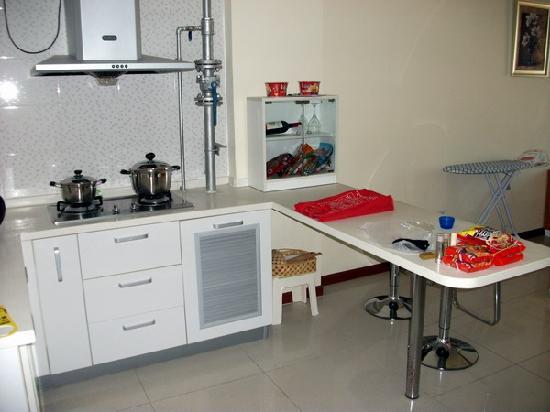 Home Inn Beijing Yizhuang Zhongyi Sibalu: 开放式厨房厨具齐全,锅具虽是装饰也很可爱