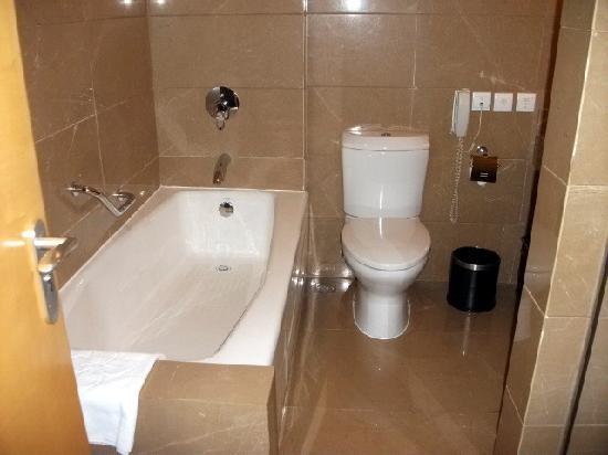 Oriental Garden Hotel: 卫生间也相当出色,浴房浴缸俱全,才600元的房间做到这样,实属不易