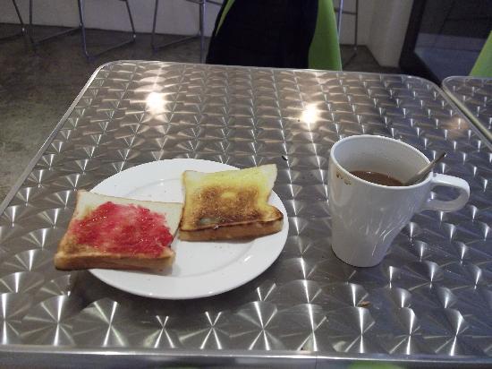 hangout@jonker: 酒店免费早餐~左边草莓右边Kaya超赞!