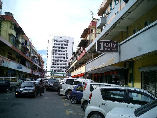 1 City Hotel: 路上找店